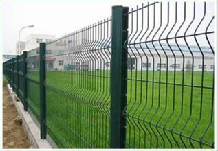 三角折弯桃形立柱护栏网